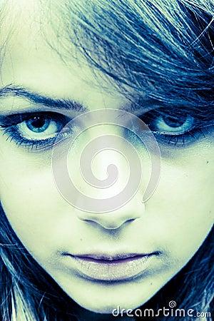 El mirar fijamente adolescente de la muchacha