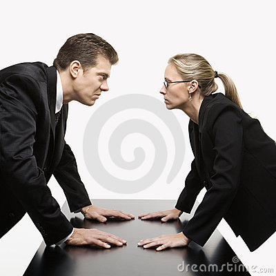 El mirar fijamente del hombre y de la mujer