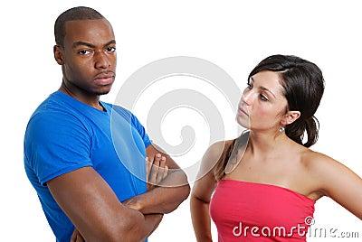 El mirar fijamente enojado de los pares