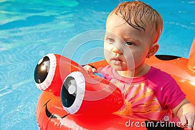 El mirar fijamente flotante del bebé
