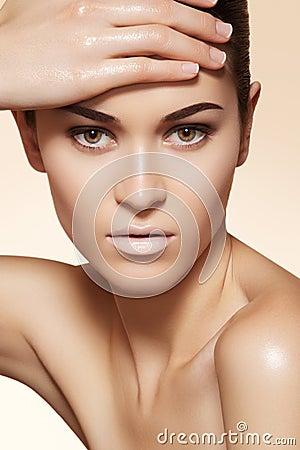 El modelo hermoso con la piel limpia y las cejas construyen