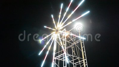 El molino de viento corre por la noche, iluminado por las luces Vídeo de desenfoque telefónico de mano almacen de video