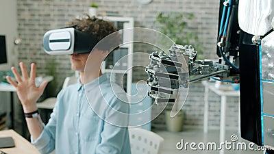 El movimiento lento del brazo robótico se mueve como humano cuando una chica prueba un robot en la oficina metrajes