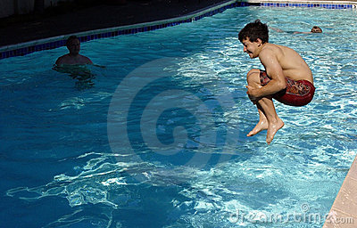 El muchacho que salta en la piscina
