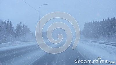 El nevar en el camino metrajes