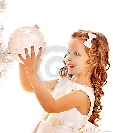 El niño adorna el árbol de navidad blanco.