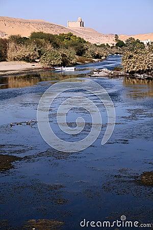 El Nilo azul asombroso con dos botes pequeños en foco
