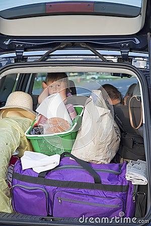 El niño cansado en el coche