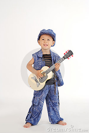 El niño pequeño está tocando la guitarra