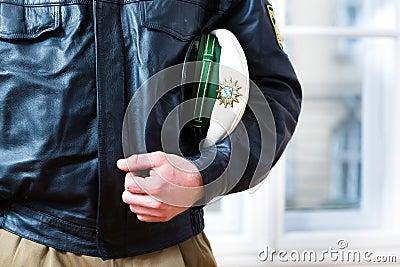 El oficial de policía en la estación o el departamento está listo
