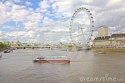 El ojo de Londres y el río de Thames Fotografía editorial