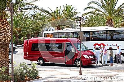 El omnibus moderno para el transporte de los turistas Foto de archivo editorial