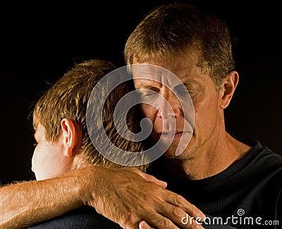 El padre, gritando, abraza al hijo