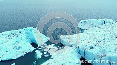 El paisaje natural del hielo ártico del calentamiento global y el cambio climático es la primera filmación de drones 4 k almacen de video