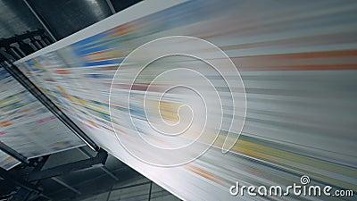 El papel coloreado se mueve rápidamente a través de la prensa móvil Concepto de noticias falsas almacen de video