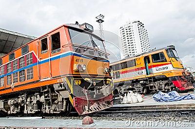 El parquear de dos locomotoras. Foto de archivo editorial