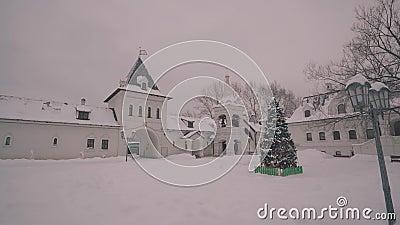 El patio de un monasterio cristiano grande Monasterio y capilla cristianos La c?mara est? en el movimiento almacen de metraje de vídeo