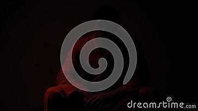 El permanecer masculino encarcelado en célula mientras que luz roja que centella, violencia en riesgo de la cárcel metrajes