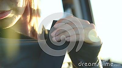 El primer de la muchacha de la acción sujeta un cinturón de seguridad en un coche antes de caer apagado Concepto de conducción se almacen de video
