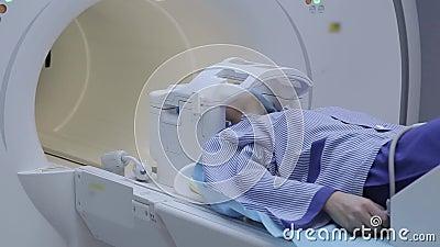 El proceso completo de examinar a un paciente con proyección de imagen de resonancia magnética Estudio de la radiografía Tecnolog almacen de metraje de vídeo