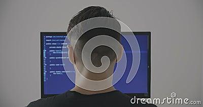 El programador experimentado de las TIC trabaja en un nuevo programa El pirata informático del hombre joven escribe el código fue almacen de video