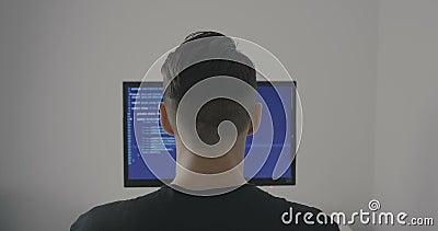 El programador experimentado de las TIC trabaja en un nuevo programa El pirata informático del hombre joven escribe el código fue almacen de metraje de vídeo