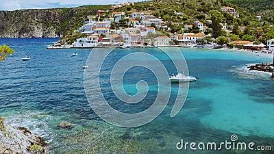 El pueblo más bello de Assos en la isla de Kefalonia en verano Viajes, estilo de vida, concepto de relajación almacen de metraje de vídeo