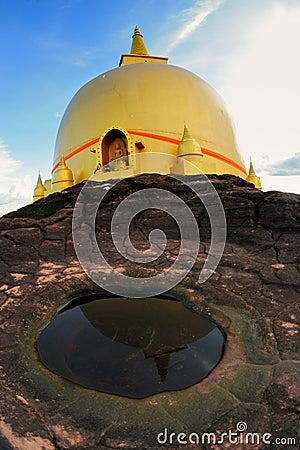 El reflejo de la pagoda de oro Nakhon Phanom, Tailandia.
