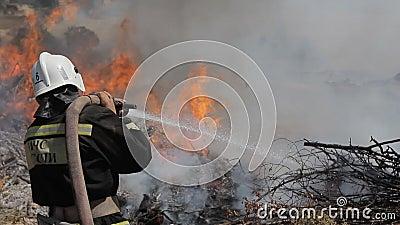 El rescate atrevido de la emergencia extingue un fuego adentro metrajes