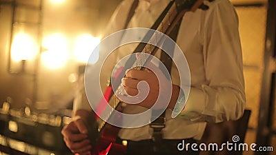 El restaurante el m?sico toca la guitarra almacen de metraje de vídeo
