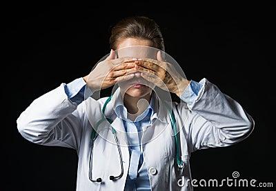 El retrato de la demostración de la mujer del doctor no ve ningún gesto malvado