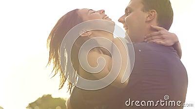 El romance de un par joven en amor parquea forma de vida de la cámara lenta de la puesta del sol almacen de metraje de vídeo