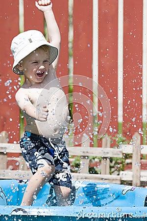 El salpicar en piscina