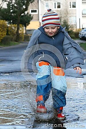 El salpicar en un charco de fango