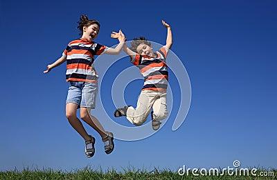 El salto de los cabritos al aire libre