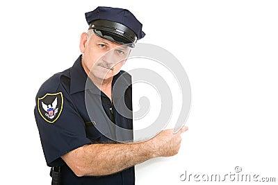El señalar serio del policía