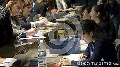 El secretario de prensa da la bienvenida a los visitantes en el mostrador de registro