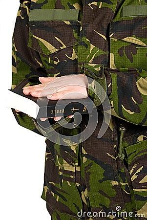 El soldado jura con la mano en la biblia
