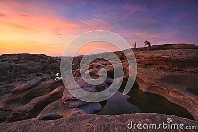 El sorprender de la roca en el río de Mekong