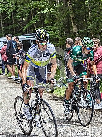 El subir de los ciclistas Foto editorial