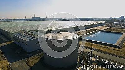 El tanque de agua cercano de invernadero almacen de video