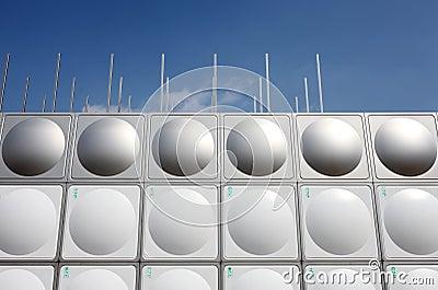 El tanque de agua del acero inoxidable