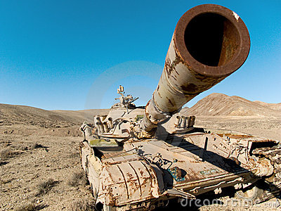 El tanque militar en el desierto