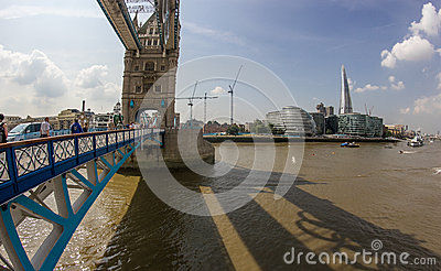 El Thames y el casco del puente de la torre Fotografía editorial