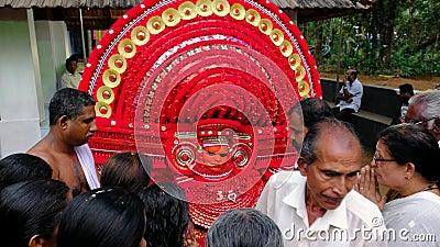 El Theyyam se presenta durante el festival del templo en Kannur, Kerala, India almacen de video
