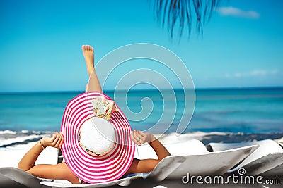 El tomar el sol modelo de la mujer en la silla de playa for Sillas para tomar el sol