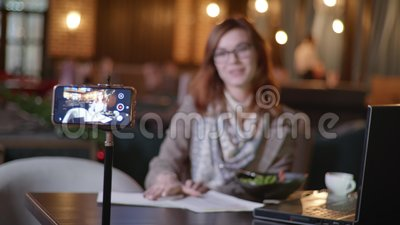 El trabajo moderno, una atractiva mujer, exitosa bloguera lidera la transmisión en vivo de contenido sobre nutrición adecuada par almacen de video