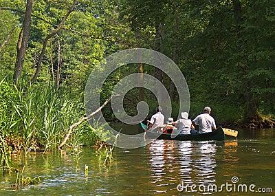 El transportar en balsa en el río Krutynia Fotografía editorial
