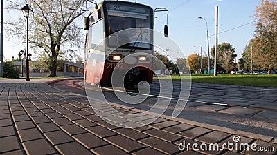 El tranvía de Moscú se mueve a lo largo de un parque metrajes