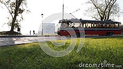 El tranvía de Moscú se mueve a lo largo de un parque almacen de metraje de vídeo